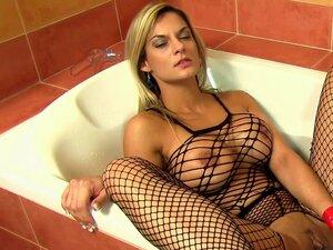 Anapaula sensual está tomando banho e jogando com