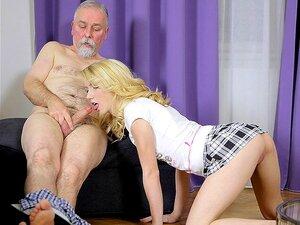 A sexy Helena Chupa velhos e o jovem desaparece