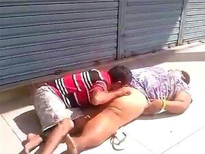 Mendigos transando não do meio da rua