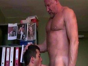 Um velho gay a receber uma cabeça de um