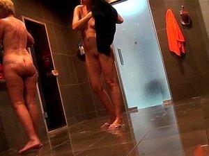 Mulheres nuas tomam banho no chuveiro 753