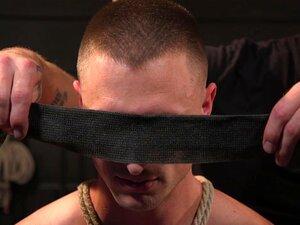 Um gay maduro amarrado, vendado e abusado do