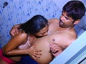 Quente e Sexy menina tomando banho com namorado