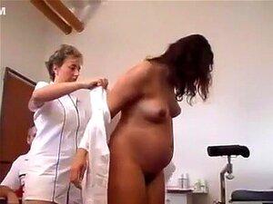 Doutor pervertido inspeciona uma mulher grávida