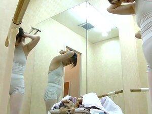 Mamas nuas no vestiário da turma de ballet, uma