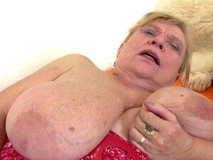 Vovó muito velha com peitos grandes e buceta