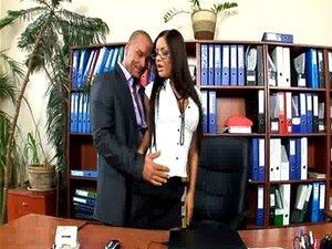 Secretária de escritório fodida em meias e