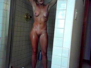 Mulheres nuas nos chuveiros da piscina, câmara