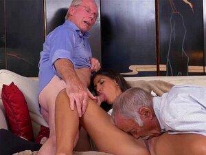 A adolescente Victoria Valencia faz sexo a três