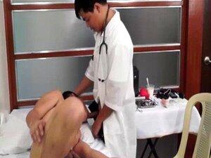 Médico asiático gay chupa e fode twink