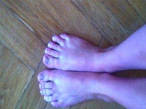 Garota mostra os pés dela