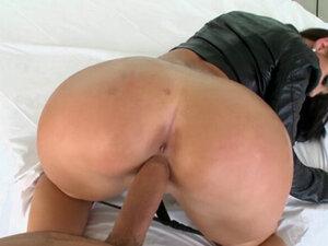 Curvy bitch reaches orgasms