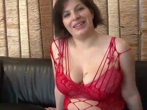 La jolie grosse femme brune aux gros seins ,va