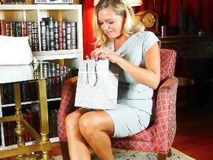 Mature mom can't resist her pantyhose fetish,