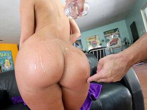 Jada Stevens gets her humongous ass rubbed down