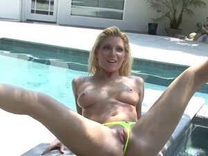 Sporty blonde gets hot photoshoot