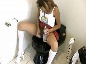 Shaving her pussy