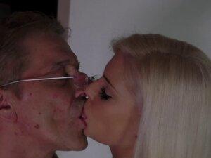 Stunning bimbo Candee Licious sucking Nikki off