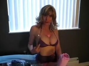 Sexy mother i'd like to fuck sits on the bed