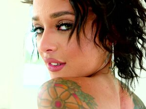 Nasty chick Holly Hendrix loves choking on a fat