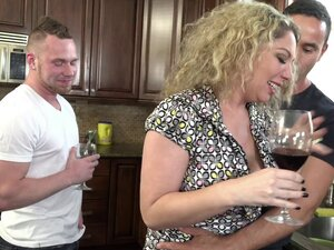 Kiki Daire has a blast during a bisexual threesome