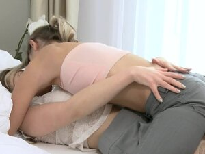 Two babes are kissing and licking pussies