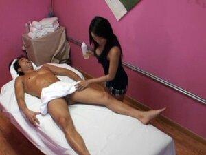 Dude seduces horny masseur