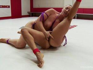 Sporty lesbian Izamar Gutierrez enjoys fisting