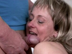 Mature Marianne masturbates on the bed using a