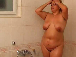 Chubby babe Lucia washes her pussy in the bathroom