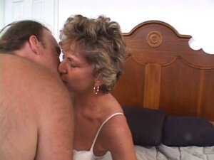 Mature older woman with a shaved pussy loves a