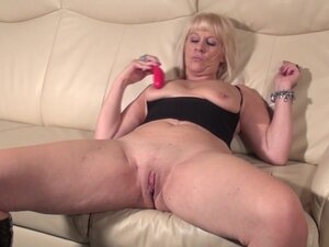 Fat ass matured blonde drilling her pussy using