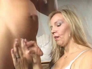 Babe with sexy shaved pussy does an erotic hand