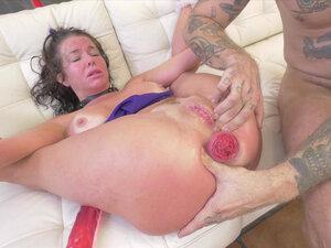 Veronica Avluv gets her prolapsed anus stuffed