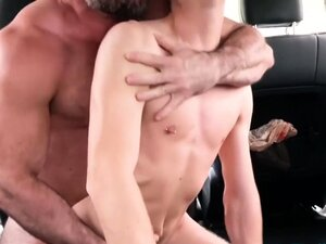 Slim bottom barebacked by muscled DILF