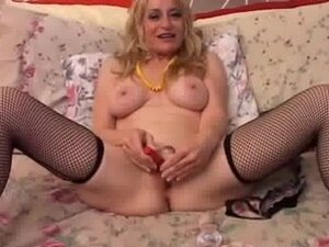 Hawt cougar in nylons bonks her cunt and anus for