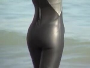 Candid video from beach with girl in tight spandex