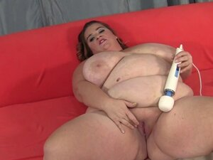 Masturbating plumper plays with kinky toys