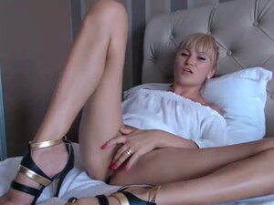 Amateur blonde camgirl masturbating on webcam
