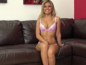 Live show catches a stunning blonde fucking her
