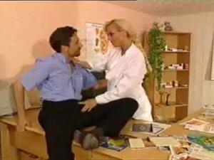 Heisse Frau Doctor verschreibt Medizin