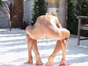 Super flexi bony girl peeing outdoors